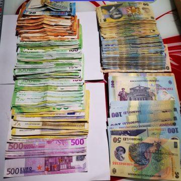 PERCHEZIȚII: Trei persoane reținute, zeci de mii de euro și două kilograme de bijuterii confiscate