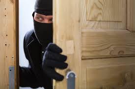 Prins de proprietară în timp ce-i fura din apartament, a fugit… direct după gratii!