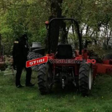 Percheziții la un bistrițean: Mascații i-au luat un tractor!