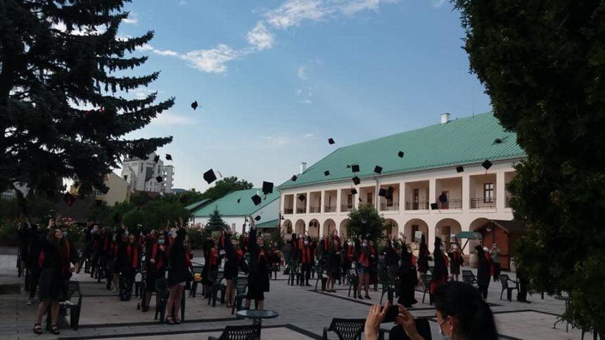 """FOTO/VIDEO. Surpriză, pentru absolvenții Liceului """"Corneliu Baba"""": """"Cu voi începe o revoluție"""""""