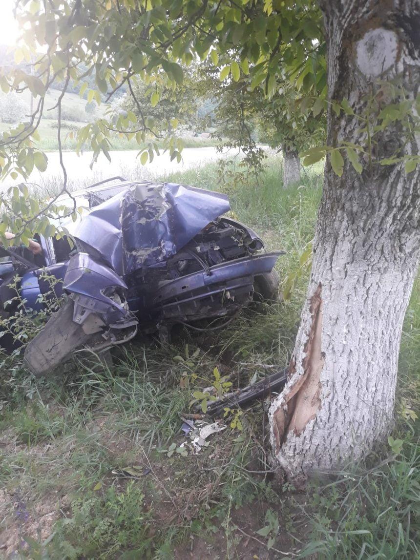 FOTO INCONȘTIENȚĂ: Fără permis și beat la volan, un tânăr și-a băgat fratele mai mic în spital