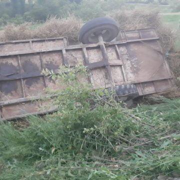 FOTO/VIDEO: GRAV accident în Sita. Doi bărbați și-au pierdut viața, după ce s-au răsturnat cu tractorul