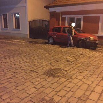 FOTO: Ruptă de beată la volan, în toiul nopții, a lovit o mașină parcată