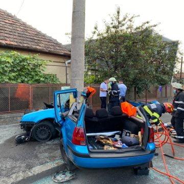 FOTO: GRAV – Mașină înmatriculată în BN, făcută covrig în jurul unui stâlp, în Cluj