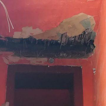 FOTO: La doi pași de Primăria Bistrița, casele din centrul vechi cad una câte una
