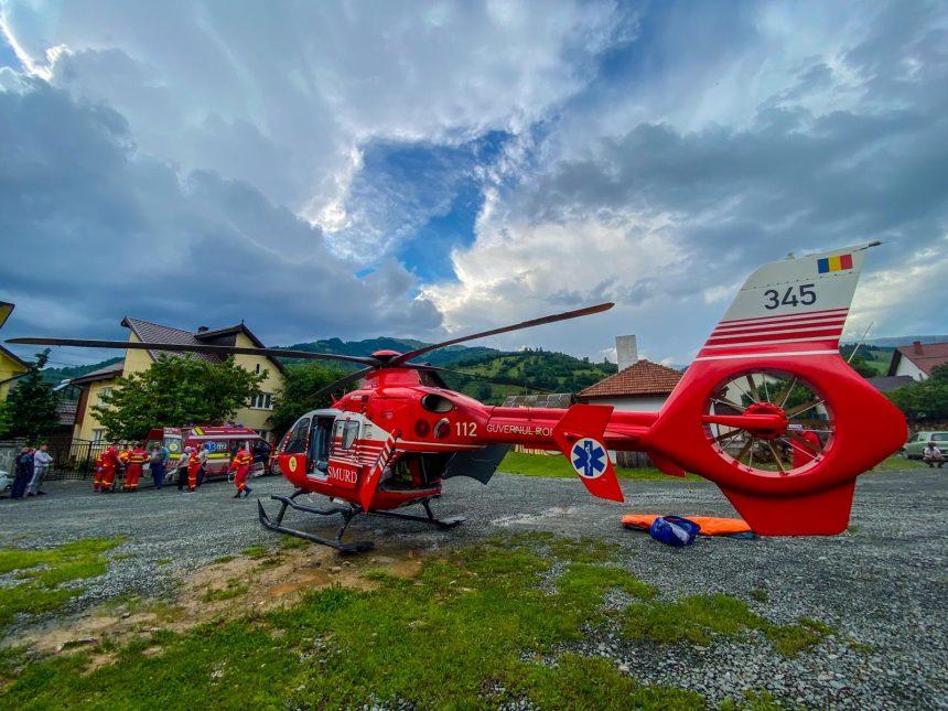 Un băiețel de 12 ani preluat de elicopter, după ce a căzut din tractor