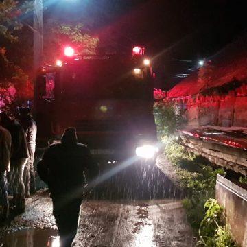 """FOTO – Sebiș: """"Înarmați"""" cu găleți, sătenii au ajutat la stingerea unui incendiu, folosind apă din râu"""