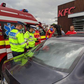 FOTO/VIDEO – Agresiune la KFC: Ar fi primit un pumn și apoi ar fi fost târât după mașină