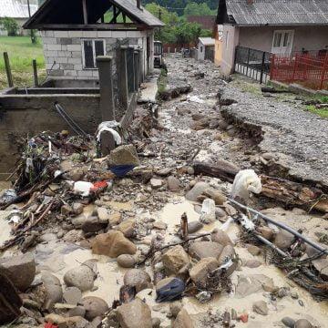 FOTO/VIDEO: Ploaia de ieri a făcut ravagii în comuna Negrilești! 200 de saci cu nisip pregătiți pentru a proteja una din localități