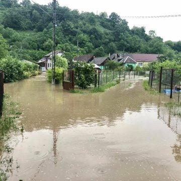 Localități și gospodării, afectate de ploaia torențială din această seară