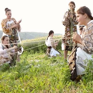 VIDEO: Un obicei străvechi, de acum 100 de ani, se practică și în zilele noastre, într-un sat al județului