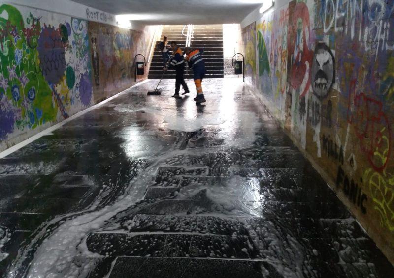 FOTO/VIDEO – ÎN SFÂRȘIT! Se spală pasajele Bistriței cu detergent