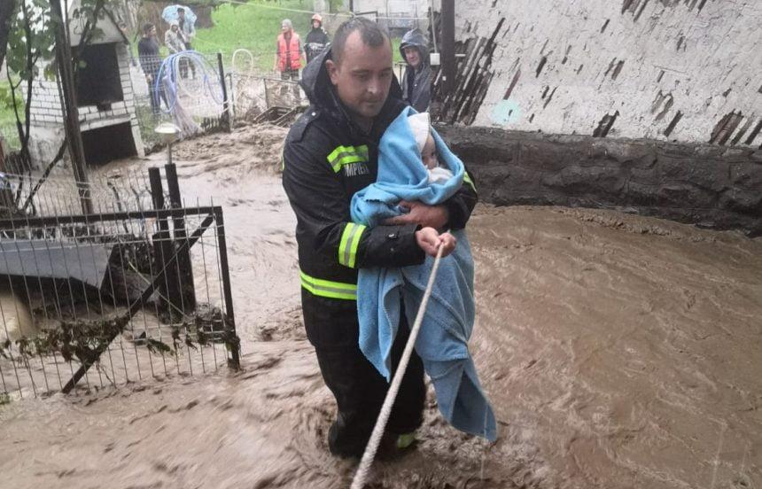 EMOȚIONANT: Povestea din spatele fotografiei cu bebelușul salvat din calea apelor