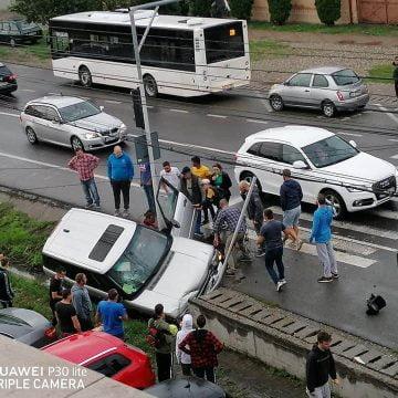 FOTO: Un sucevean băut a ajuns la spital după ce a intrat cu mașina într-un cap de pod în Viișoara