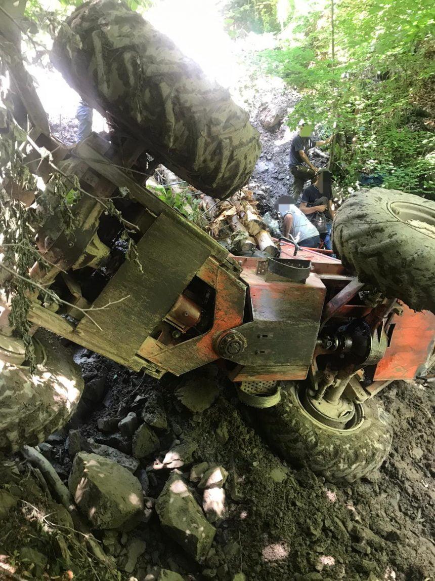 FOTO/VIDEO – Intervenție dificilă în pădurea din Suplai: Un bărbat s-a răsturnat cu tractorul