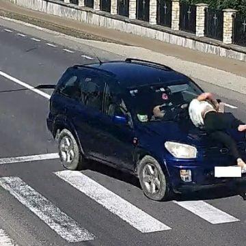 VIDEO: Femeie lovită din plin, pe trecerea de pietoni, în Tiha Bârgăului
