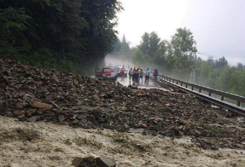 VIDEO: DN17C, blocat în Coșbuc și Romuli de aluviuni
