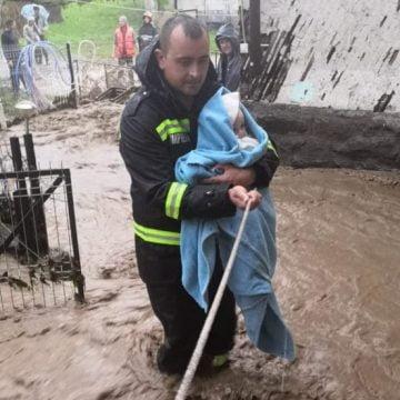 Pompierul ce a salvat un bebeluș din calea apelor a primit Emblema de Onoare a MAI!