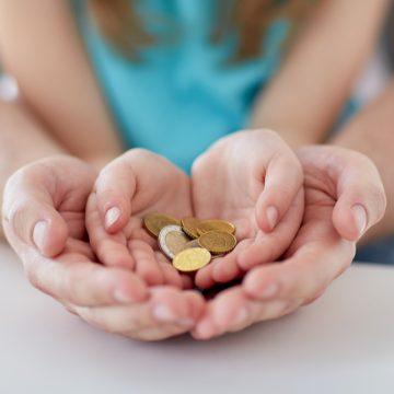 Trei firme au ajutat persoane din tot județul să obțină indemnizații substanțiale pentru creșterea copilului. Cum funcționa sistemul: