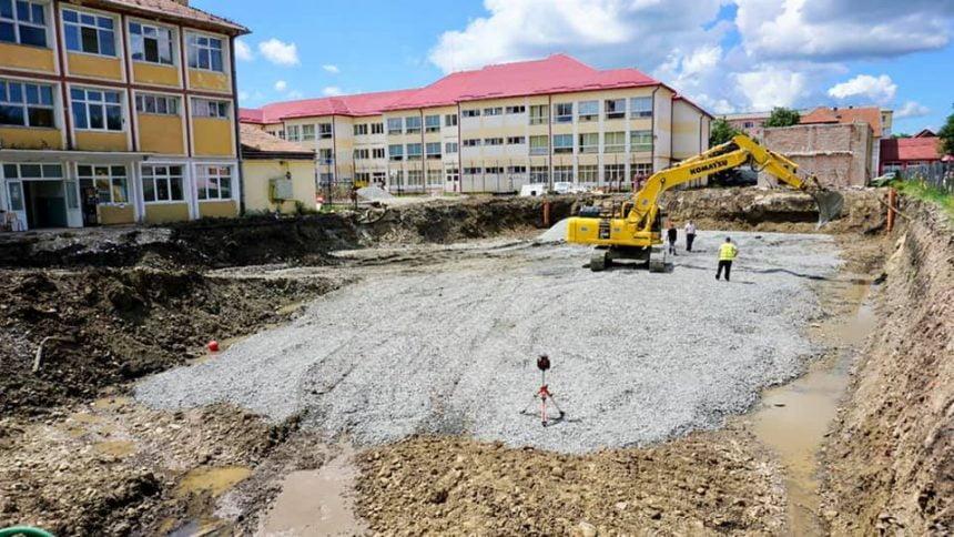 FOTO: În doar o lună, e gata terenul pentru sala de sport semi-îngropată de la GN 1! Și lucrările la clădire sunt avansate!