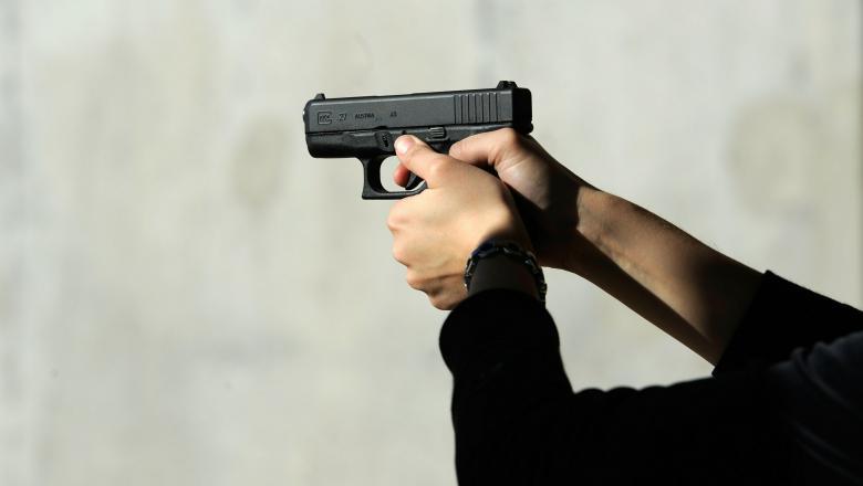 Un bistrițean a intrat cu un pistol într-un bar din Oradea! Polițiștii bihoreni îl vor după gratii