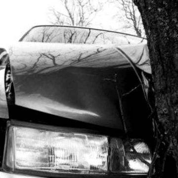 O șoferiță începătoare a intrat azi-noapte cu mașina într-un copac!