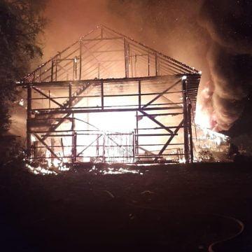 FOTO/VIDEO: Incendiu violent la un depozit de cherestea din Valea Mare