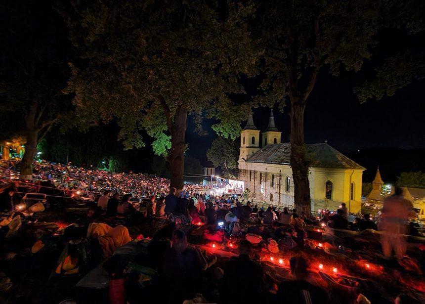 Sfânta Marie Mare: Mii de credincioși, la mănăstirile Nicula și Dobric, răsfirați pe dealurile din jur…