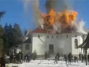 """VIDEO. Viluț Mezdrea, primarul din Poiana Stampei: """"Ne-am uitat neputincioși cum arde biserica sub ochii noștri…"""""""