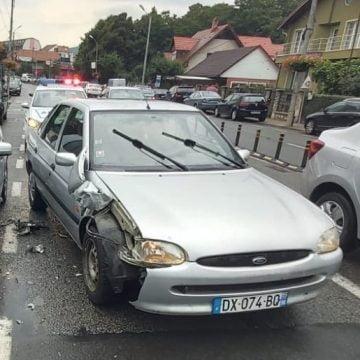 Poliția vă cere ajutorul! Șoferul mașinii din imagine a lovit o altă mașină și pe șoferiță, iar apoi a plecat