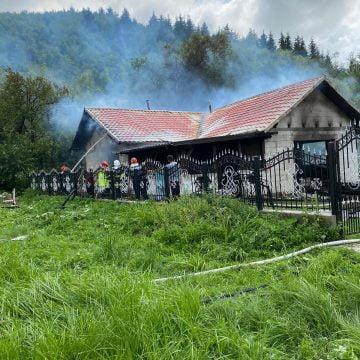 FOTO: Tată și fiu, intoxicați cu fum după ce casa în care locuiau a fost cuprinsă de flăcări