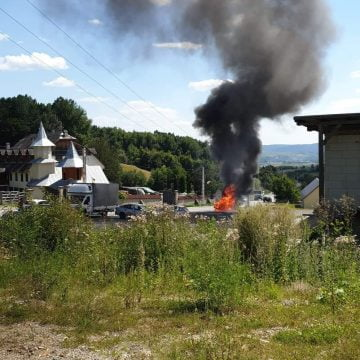 FOTO/VIDEO: BMW în flăcări lângă mănăstirea din Strâmba