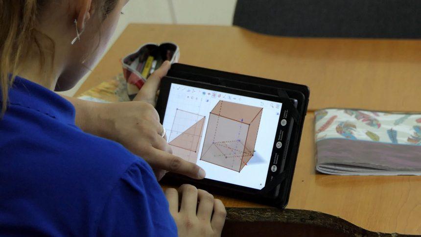 """Că e școală la școală, că e online, aproape 400 de elevi bistrițeni se bucură de """"era digitalizată"""""""