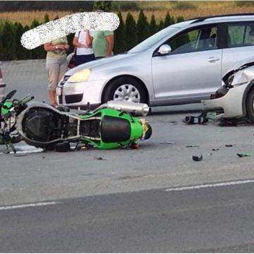 FOTO: GRAV accident în Beclean între o motocicletă și o mașină. O femeie, pasageră pe motocicletă, inconștientă