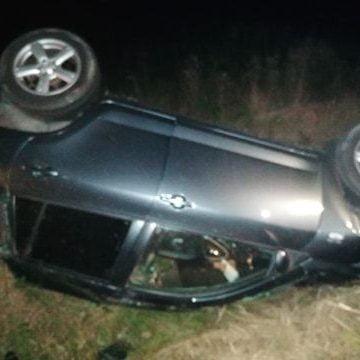 FOTO/VIDEO: Mașină  răsturnată pe plafon, la ieșirea din Beclean, abandonată! Ar fi fost furată și avariată de un tânăr fără permis