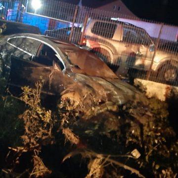 FOTO: Un șofer începător și-a băgat prietenul în spital