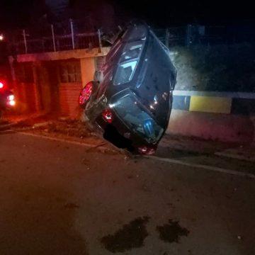FOTO: Accident în Viile Tecii. O mașină a ajuns cu roțile pe acoperișul unui garaj
