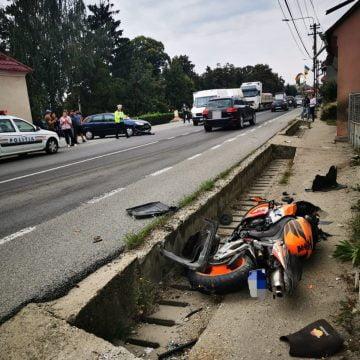 FOTO O șoferiță neatentă a băgat în spital un motociclist. A intervenit elicopterul SMURD