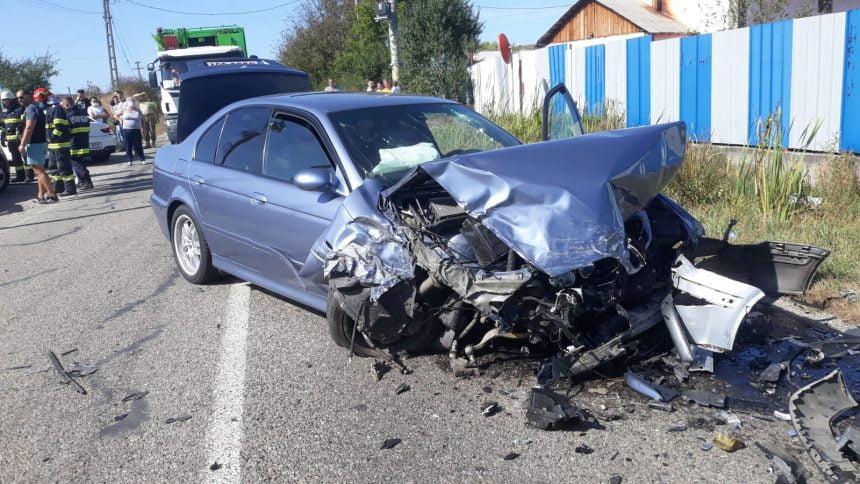 FOTO: Două mașini făcute praf, după o coliziune frontală. De vină, șoferul unei alte mașini