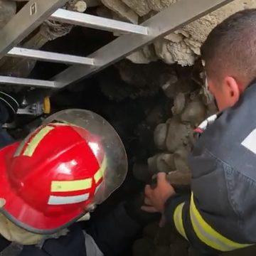 FOTO/VIDEO – Domnești: Își curăța fântâna și au căzut pietrele peste el!