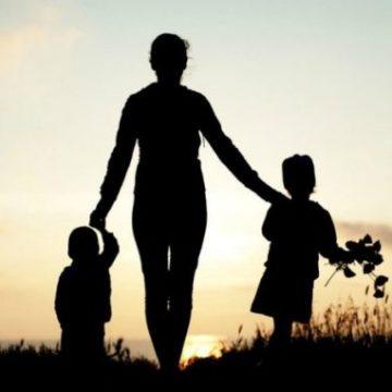 Familie numeroasă sau monoparentală? Puteți primi terenuri pentru case, bani pentru mașini și alte beneficii