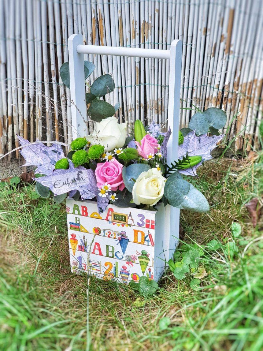Coșulețe vesele cu flori și litere pentru prima zi de școală de la Euforia Floral Boutique