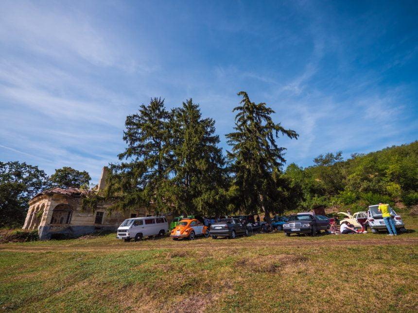"""FOTO 20 de mașini de epocă au """"parcat"""" la castelul de la Comlod. Bijuteria arhitectonică a fost vizitată și de moștenitorii familiei Teleki"""