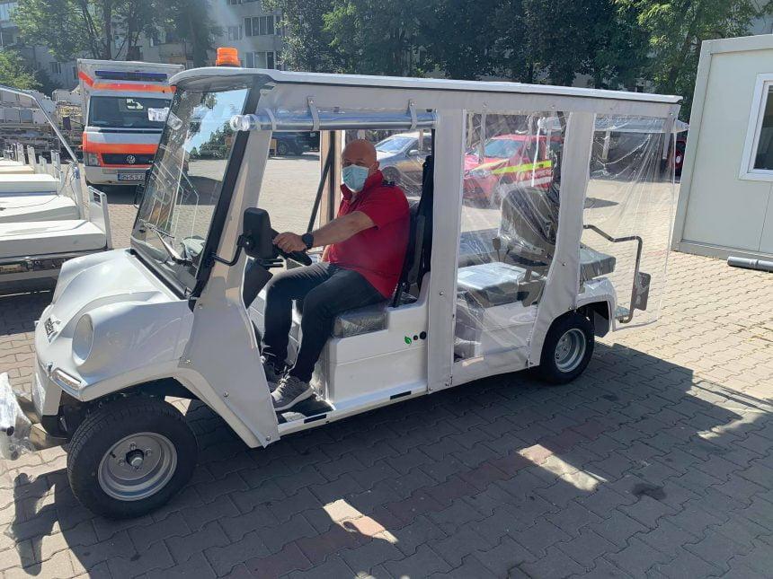 FOTO/VIDEO Pacienții, transportați de la UPU la spital cu o mașinuță electrică cu targă!