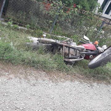 FOTO: Un adolescent de 17 ani a intrat cu motocicleta într-o mașină parcată!