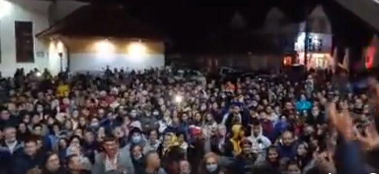 """""""Bucuria"""" fără mască și distanțare socială de la Sîngeorz-Băi, în vizorul polițiștilor. Sute de persoane s-au adunat în fața primăriei"""