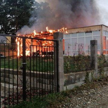 FOTO/VIDEO: Incendiu la o anexă gospodărească în Bistrița