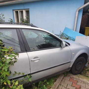 FOTO/VIDEO: Fost jandarm, rupt de beat, a intrat cu mașina în gardul unei case