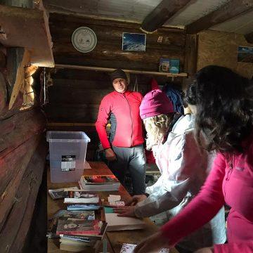 Ce-ați spune de o lectură în vârf de munte?! Un refugiu din Parcul Național Munții Rodnei a fost dotat cu cărți