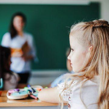 INCREDIBIL! O învățătoare din Parva a lăsat singură în clasă o fetiță de 8 ani, pentru că nu scris suficient de repede